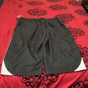 Windbreaker active shorts with pockets
